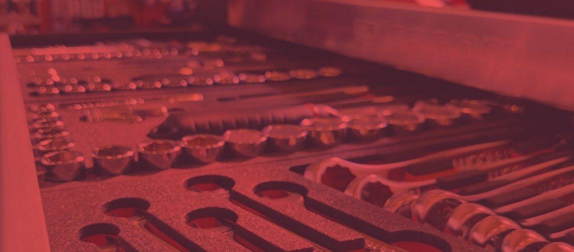 Toolxin värimaailma on valkoinen, punainen, harmaa ja musta. Koristeena olevat kuvat voidaan muokata brändin väreihin.